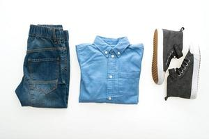 camisa e calça jeans com sapatos
