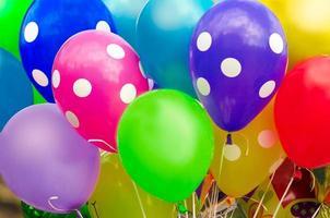 muitos balões coloridos foto