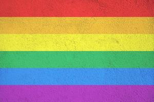 bandeira do arco-íris pintada na parede texturizada de concreto ao ar livre
