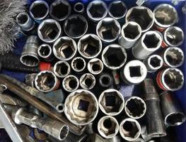 conjunto sujo de ferramentas manuais bagunçadas na garagem em um fundo vintage foto