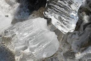 pedaços de gelo na praia foto