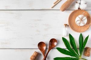produtos recicláveis ecológicos em fundo branco de madeira foto