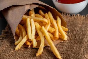 batatas fritas douradas quentes foto