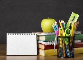 material escolar em uma mesa foto