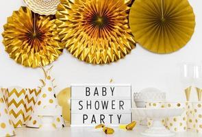decorações de festa de chá de bebê douradas e brancas