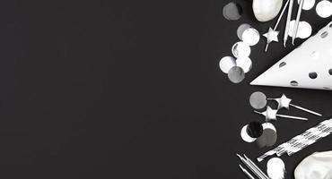 decorações de aniversário em preto e branco com espaço de cópia