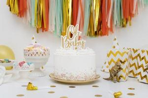 decorações de chá de bebê com bolo e sacolinhas de guloseimas foto