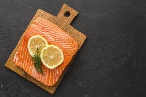 acima da vista do arranjo de salmão e limão. resolução e bela foto de alta qualidade