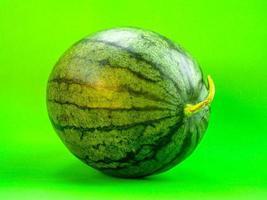 melancia em fundo verde foto