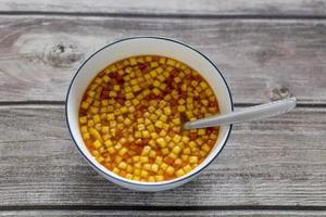 tigela de sopa de tomate com croutons.
