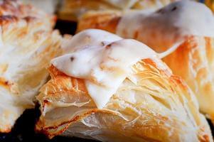 close up de torta de queijo com massa folhada