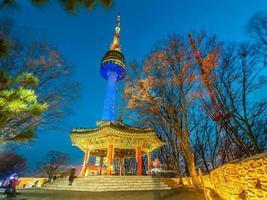Torre de n Seul na montanha de Namsan, marco de Seul, Coréia do Sul foto