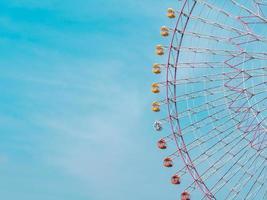 roda-gigante no parque com fundo de céu azul foto