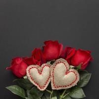 rosas com corações em fundo preto foto