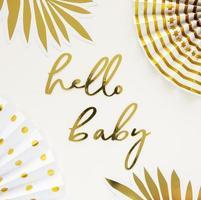 Olá, sinal de bebê, decorações douradas de chá de bebê foto