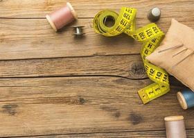 fita métrica, agulhas e linha para costura foto