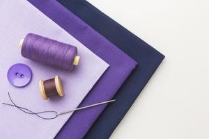 tecido, agulhas e linha para costura foto