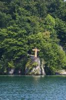 estátua de jesus cristo no lago de luzerna na suíça foto