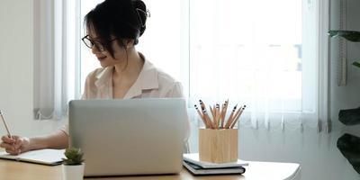 mulher escrevendo notas na mesa foto