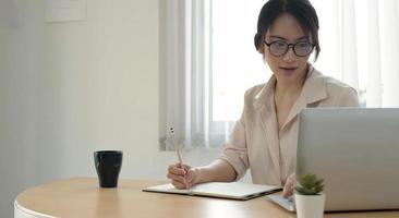 empresário tomando notas
