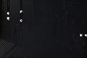 close-up de chip de computador preto com elementos e trilhas foto