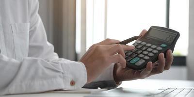 close-up de um profissional usando uma calculadora