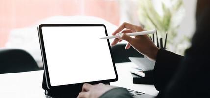 pessoa usando uma maquete de tablet