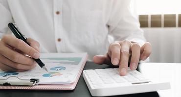close-up de um empresário fazendo trabalho financeiro