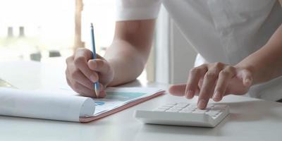 profissional financeiro usando calculadora