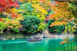 barco no rio arashiyama em kyoto, japão foto