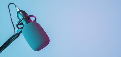 banner de microfone de estúdio com luzes de néon vermelhas e azuis, renderização em 3D