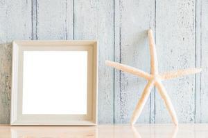 Moldura de madeira vintage em branco com design de conceito de verão