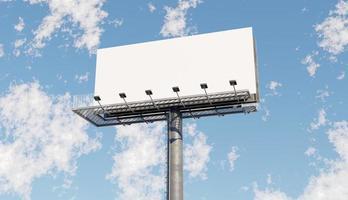 maquete de um grande outdoor branco com um céu azul, ilustração 3D foto