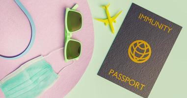 acessórios de viagem com máscara e passaporte de imunidade covid, novo conceito normal, renderização em 3D foto