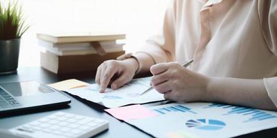 close-up de uma pessoa verificando documentos