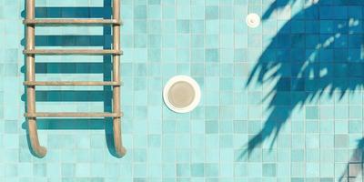 foto fechada de escadas enferrujadas em uma piscina vazia de azulejos azuis com holofotes e sombras de palmeiras, renderização em 3D