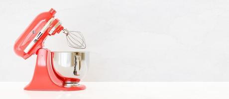 misturador de cozinha vermelho lateralmente em fundo branco com espaço para texto, renderização em 3D