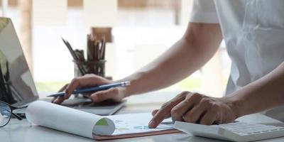 profissional verificando notas com laptop