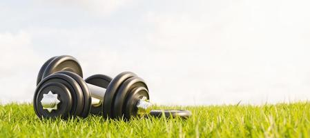 halteres de ginástica de metal empilhados na grama em um parque com céu ensolarado, renderização 3D