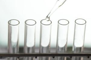 close-up de tubos de ensaio e conta-gotas foto