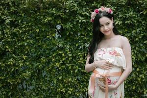 mulher grávida em um vestido pastel