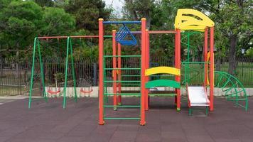 equipamentos de playground coloridos em um parque público em Sudak, na Crimeia foto