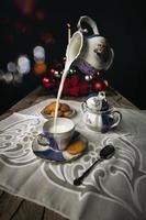 jogo de chá antigo com biscoitos e leite caindo