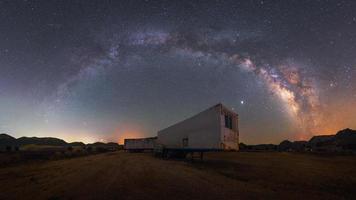 arco da Via Láctea sobre caminhão no deserto