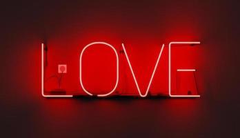 letreiro de néon vermelho com a palavra amor, ilustração 3D foto