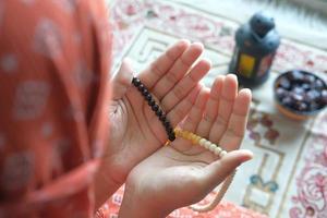 contas de oração nas mãos foto