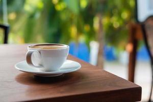 café com leite em uma mesa ao ar livre foto