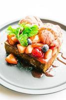sobremesa doce com torrada de mel com morango e geléia