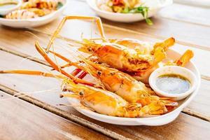 camarões grelhados com molho picante de frutos do mar foto