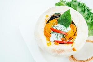 curry no vapor e frutos do mar misturados com coco foto